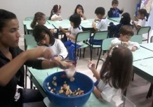 Alunos do Infantil II preparam Salada de Frutas