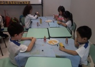Alunos do Infantil preparam enfeites para a Festa Junina