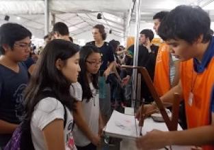 Alunos visitam feira de profissões da USP