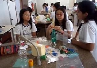 Montagem de peixes em laboratório