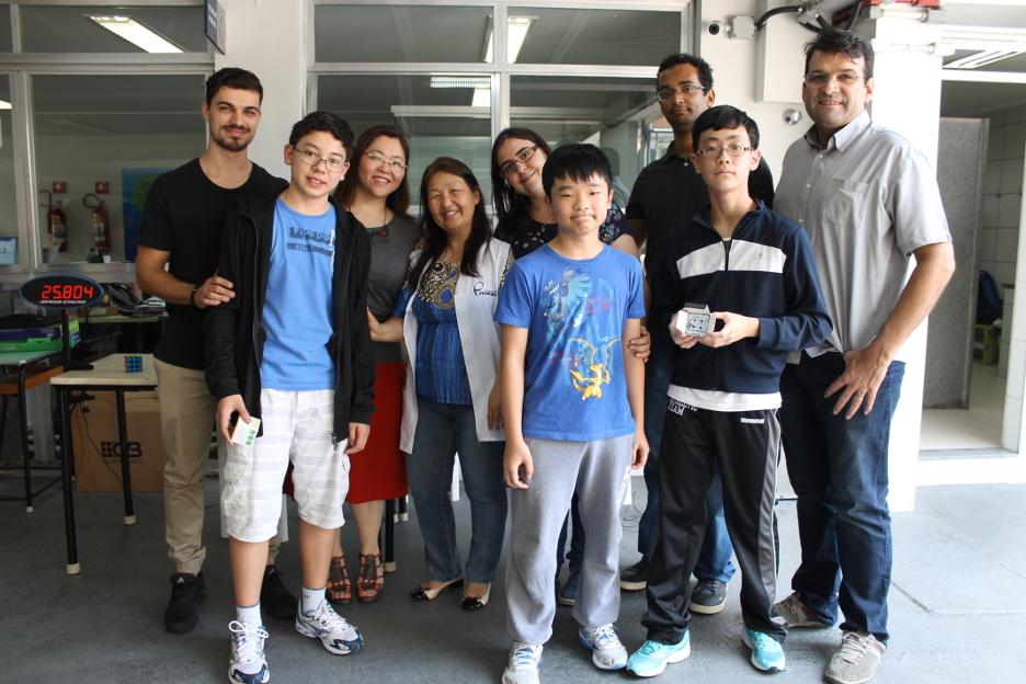 Os vencedores: 1º lugar – Henry Yutha Chigusa (8º Fundamental), 2º lugar: Felipe Yuji Uchiyamada (7º Fundamental), 3º lugar – Gustavo Kenji Obara (7º Fundamental), ao lado de Renan e dos educadores do Pioneiro.