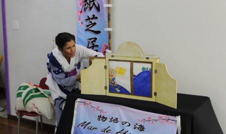 Em papel: alunos do japonês assistem à apresentação de kamishibai