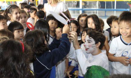 Caça ao tesouro e teatro divertem alunos na Páscoa do Pioneiro
